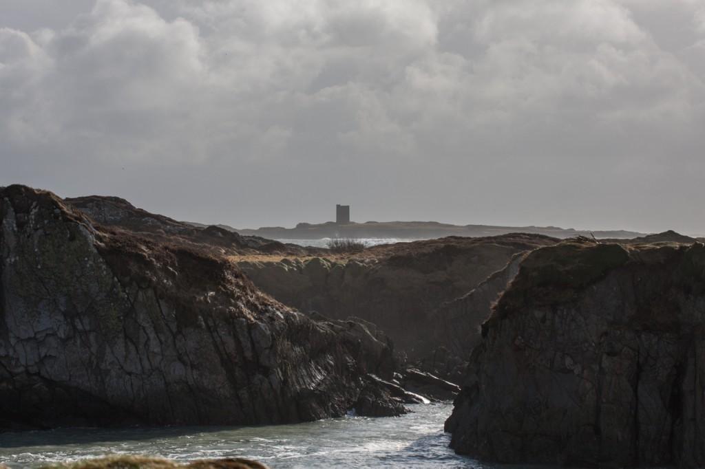 Durchblick zwischen Klippen zu einem kleinen Turm vor Goleen