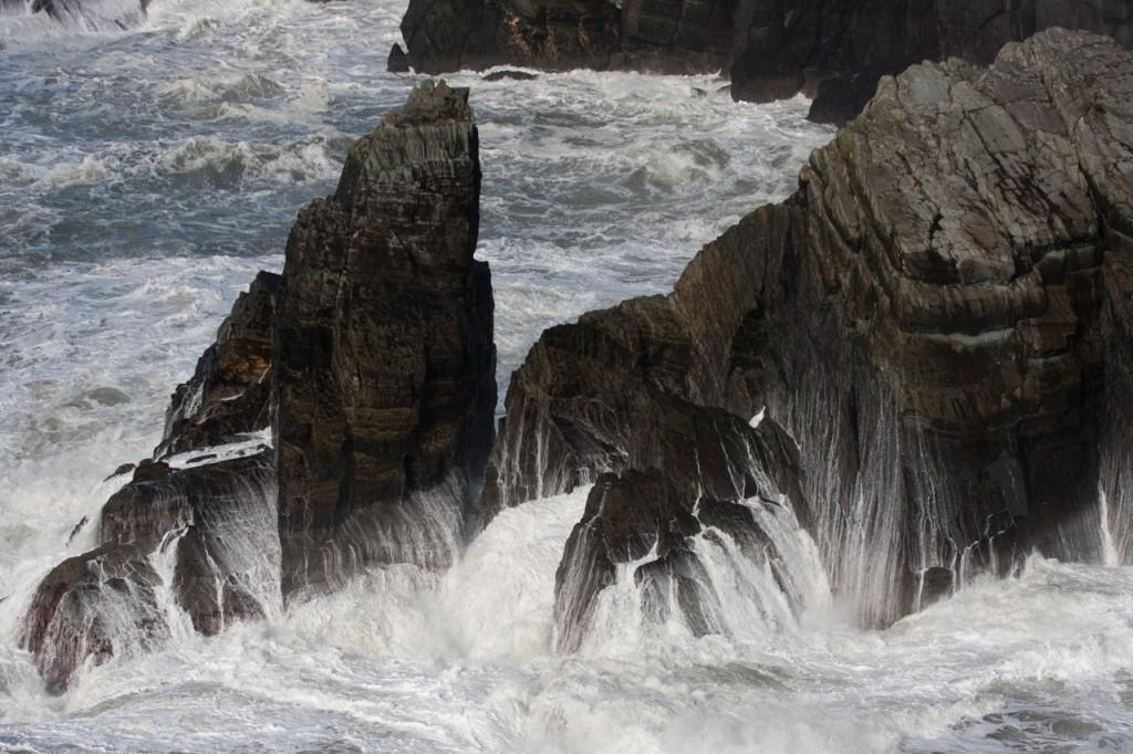 Wellen an den Klippen von Mizen Head