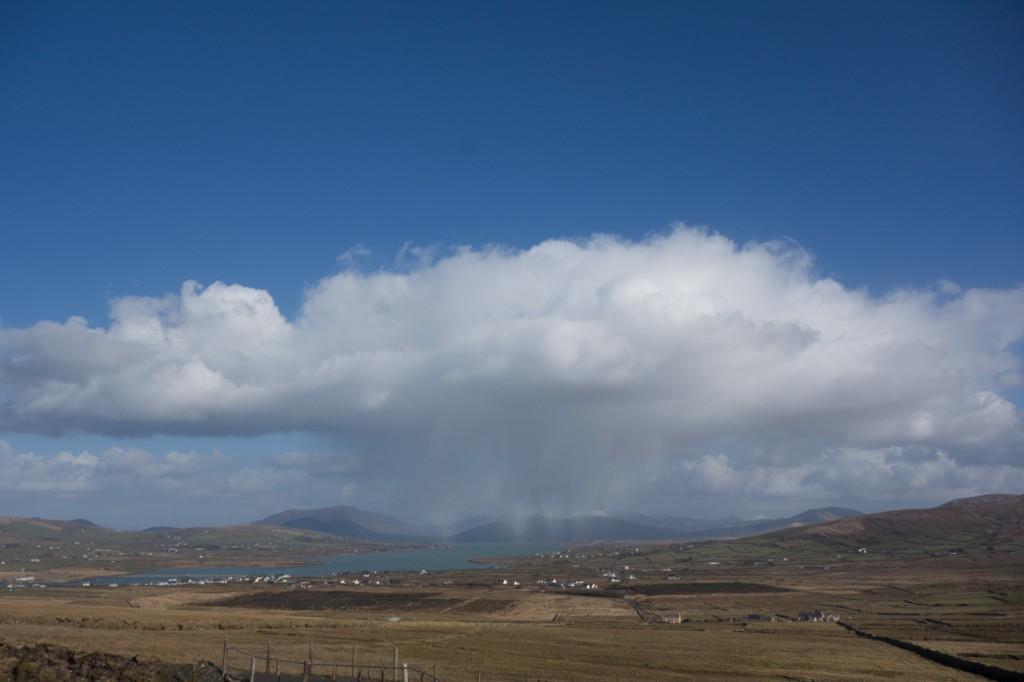 Regenwolke über Portmagee am Skelling Ring