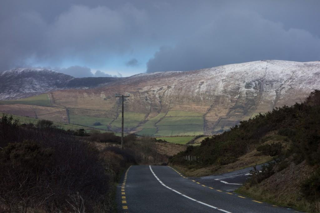 Blick auf grüne Berge und Schnee vor Dingle